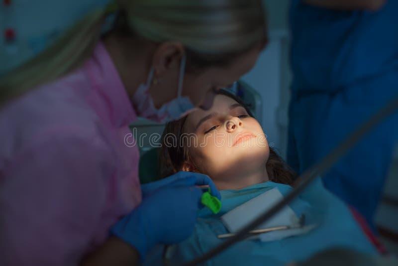 Paziente della ragazza ad una ricezione al dentista fotografia stock libera da diritti