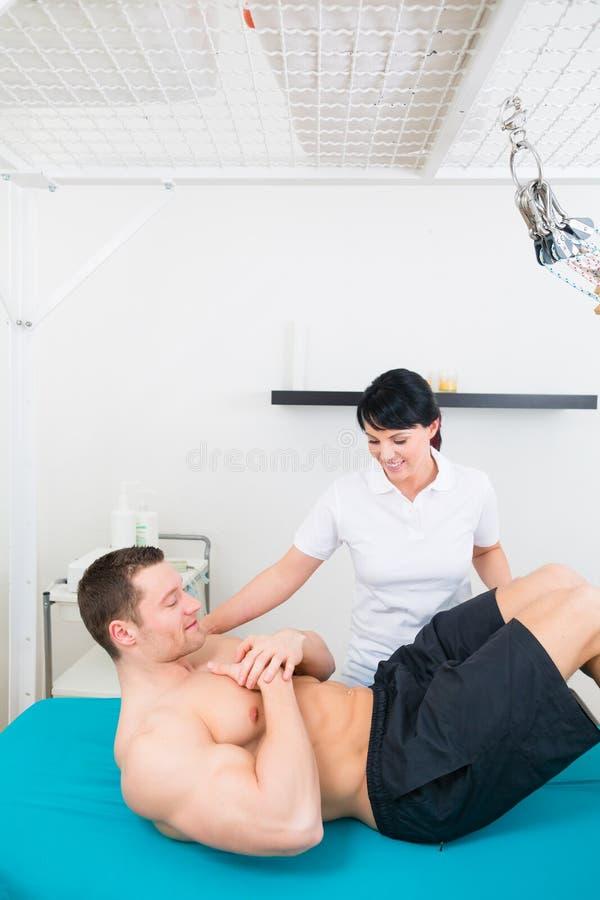 Paziente di medico di sport o del fisioterapista in pratica fotografia stock libera da diritti