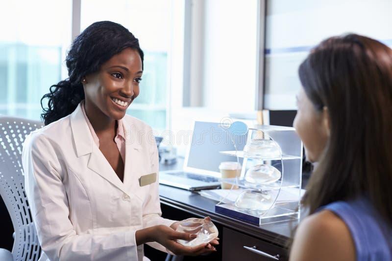Paziente di Meeting With Female del consulente in materia della chirurgia del seno fotografia stock libera da diritti