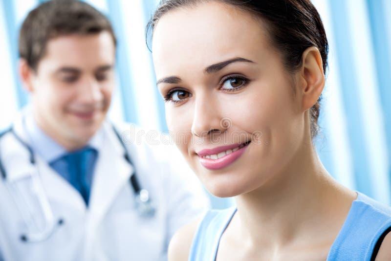 Paziente e medico fotografie stock