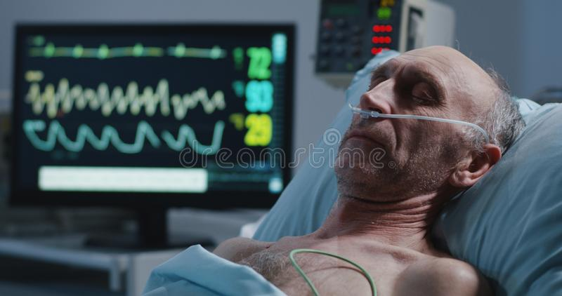Paziente e monitor di cuore addormentati immagine stock