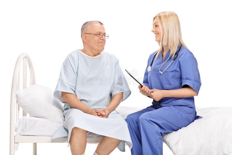 Paziente e un medico femminile che ha conversazione immagini stock libere da diritti