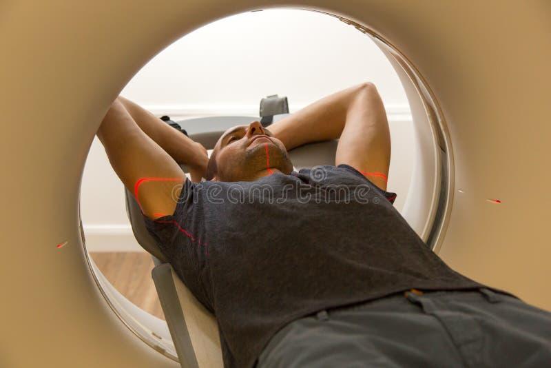 Paziente esaminato in tomografia CT a radiologia fotografia stock libera da diritti