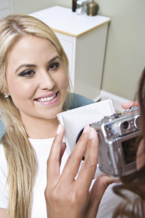 Paziente femminile che è fotografato immagine stock