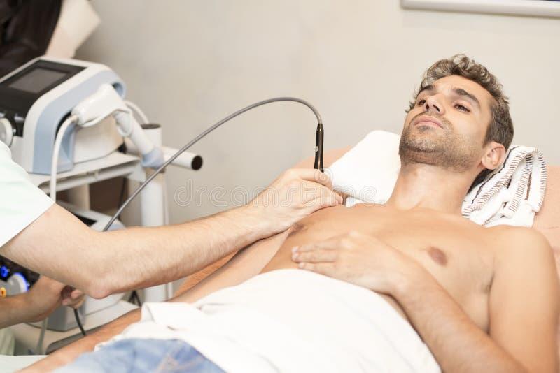 Paziente a fisioterapia immagini stock libere da diritti