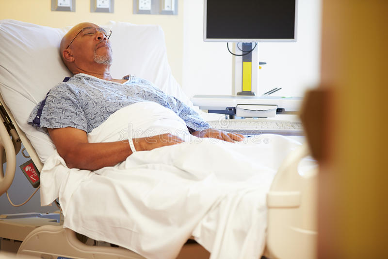 Paziente maschio senior che riposa nel letto di ospedale immagine stock libera da diritti