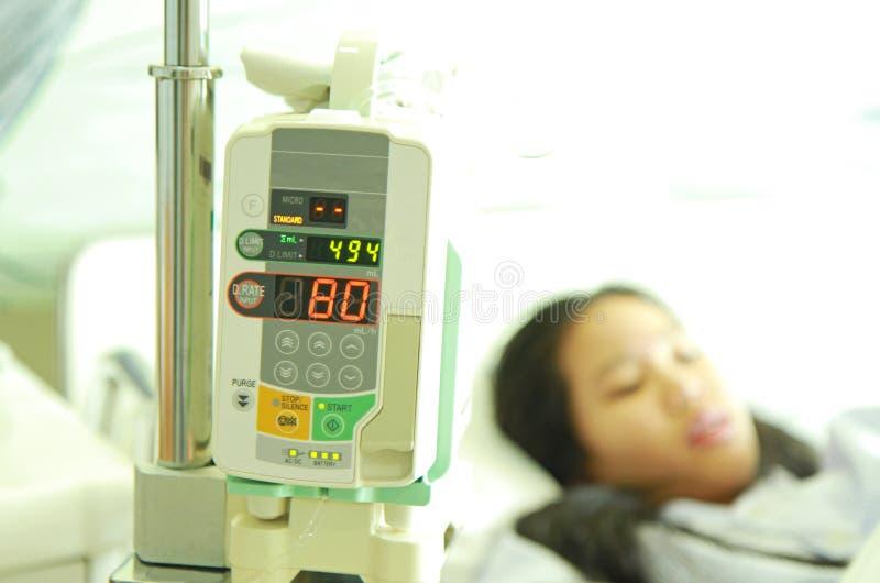 Paziente nel letto di ospedale fotografia stock