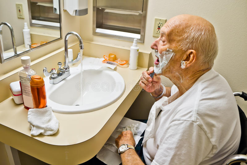 Paziente nella rasatura della sedia a rotelle immagini stock libere da diritti