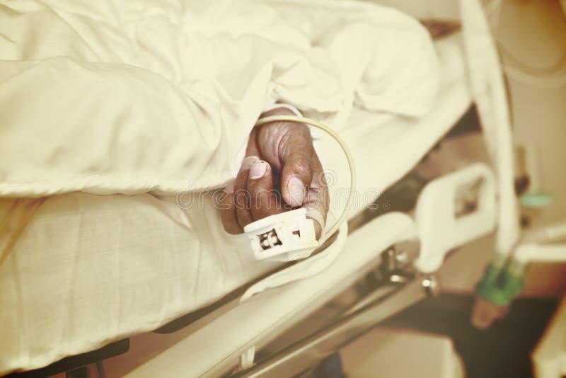 Paziente più anziano nell'ambito di controllo nell'unità di cure intensive fotografia stock libera da diritti