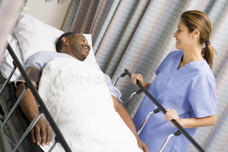 paziente preoccupantesi dell'infermiera fotografia stock