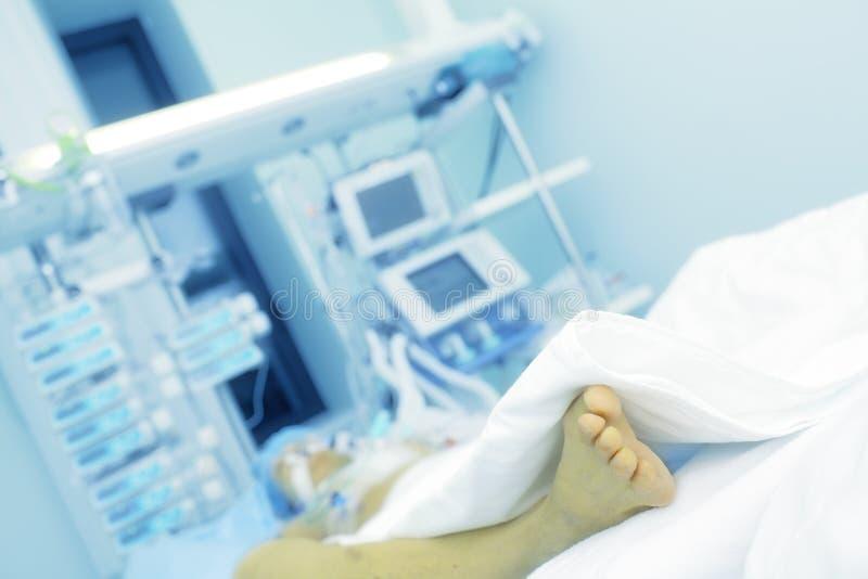 Paziente seriamente malato nel letto di ospedale immagini stock