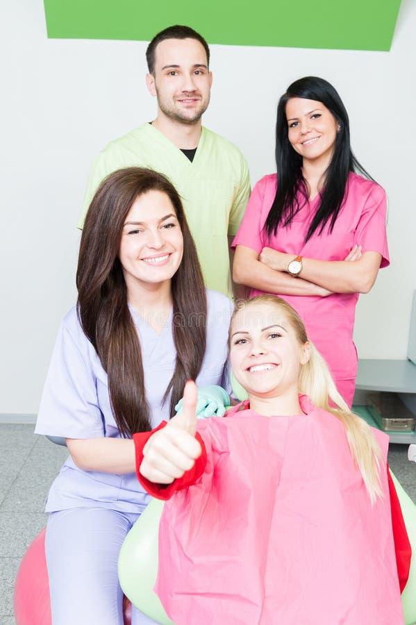 Paziente sorridente felice con il gruppo dentario fotografia stock libera da diritti
