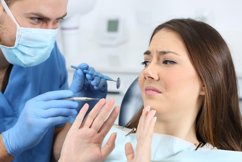 Paziente spaventato in un ufficio del dentista immagine stock