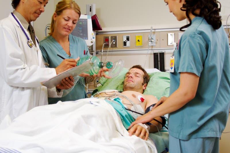 Paziente sulla barella nel pronto soccorso immagini stock libere da diritti