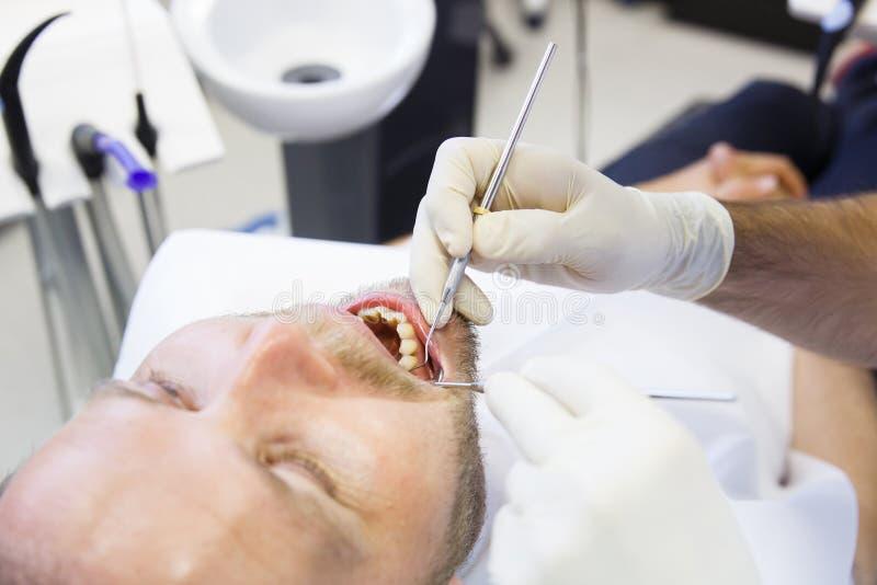 Paziente in ufficio dentario sul controllo regolare immagini stock