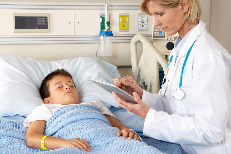Paziente visualizzante del dottore Using Digital Tablet When immagini stock libere da diritti