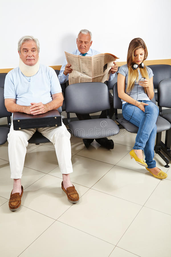 Pazienti che aspettano nella sala di attesa immagini stock libere da diritti