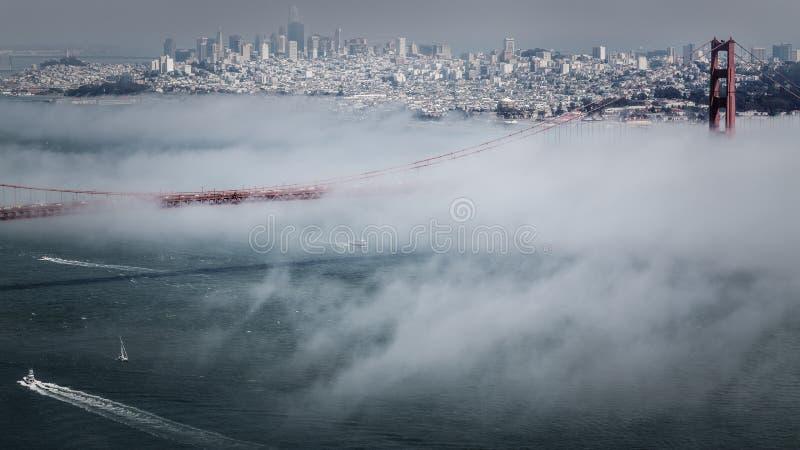 Pazifischer Nebel Golden gate bridges lizenzfreie stockbilder