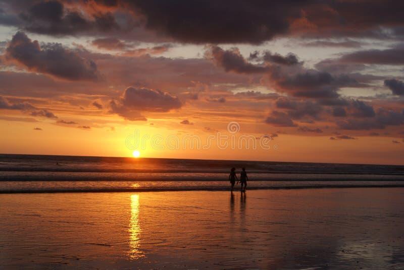 Pazifischer Sonnenuntergang in Costa Rica lizenzfreie stockbilder