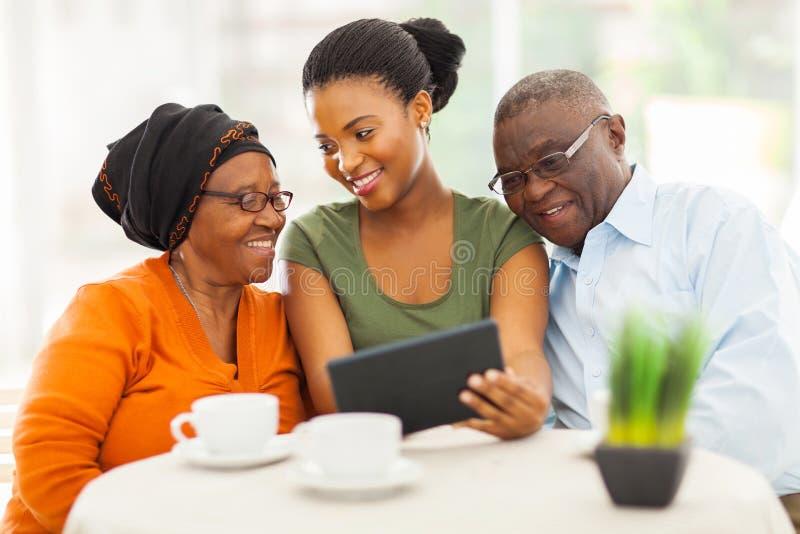 Pc africano della compressa della famiglia immagine stock libera da diritti