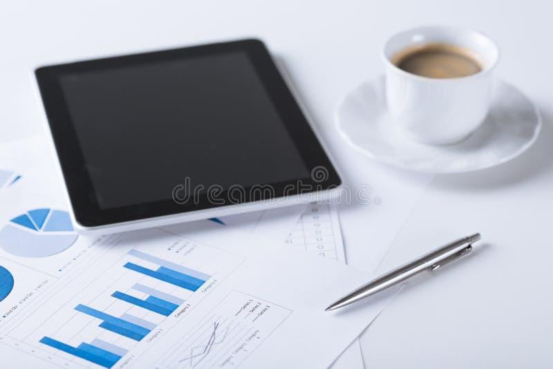PC da tabuleta com xícara de café imagens de stock royalty free