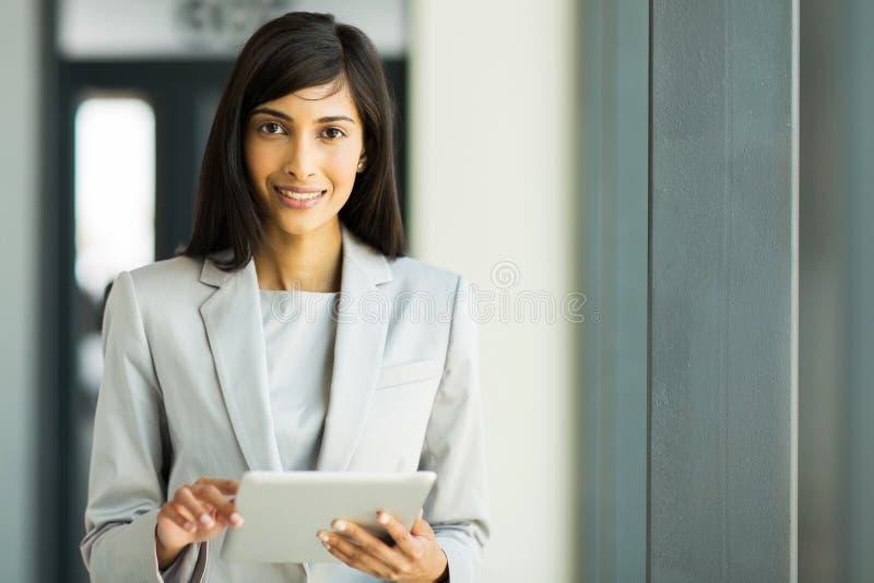 PC de comprimé de femme photos stock