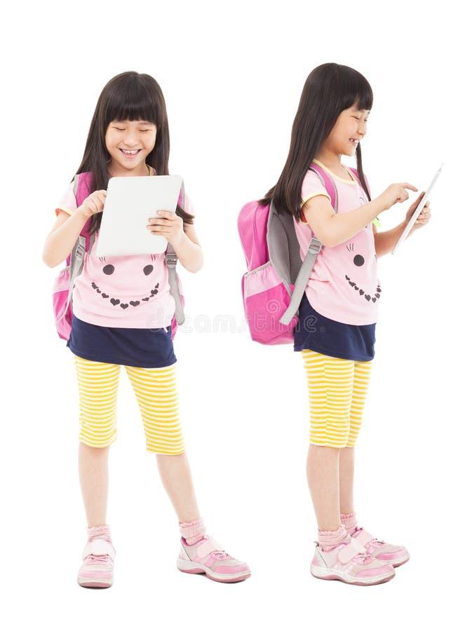 PC de la tableta conmovedora del estudiante de la niña imagen de archivo libre de regalías
