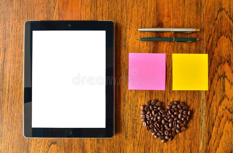 PC de la tableta de Digitaces, pluma, nota colorida del palillo y grano de café imágenes de archivo libres de regalías