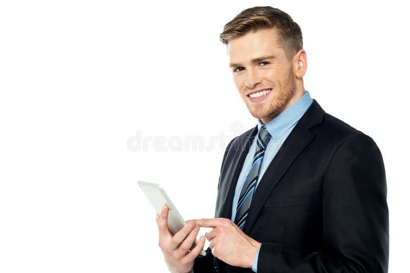 PC de la tableta del funcionamiento del hombre de negocios fotografía de archivo