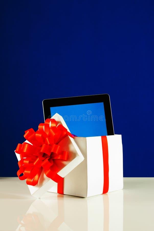 PC de la tablilla en un rectángulo de regalo imágenes de archivo libres de regalías