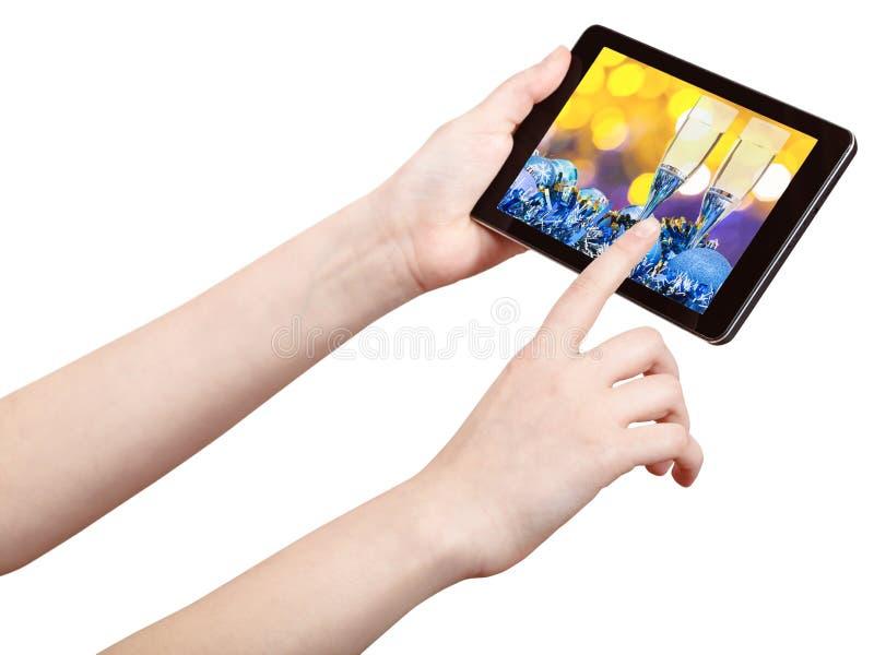 Pc della compressa di tocchi della mano con la natura morta di natale immagini stock libere da diritti