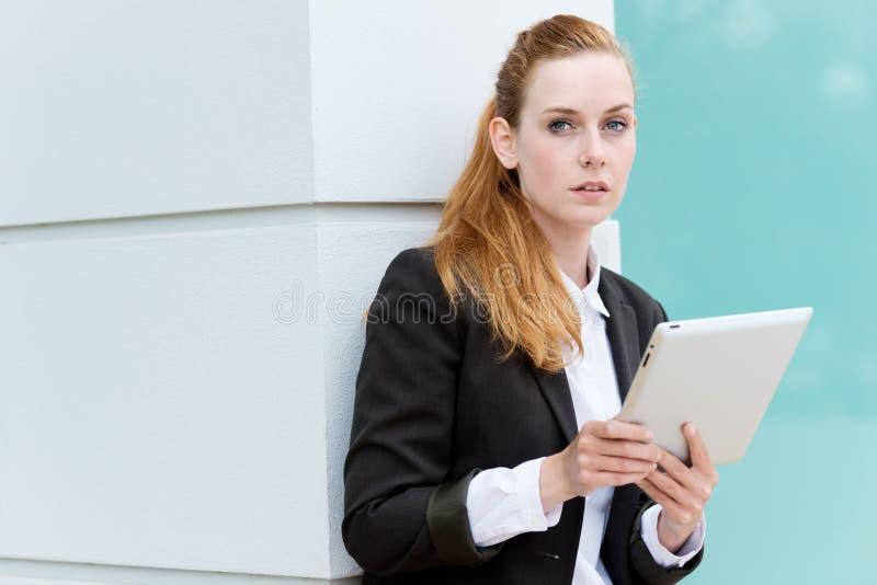 PC di With Tablet della donna di affari immagine stock