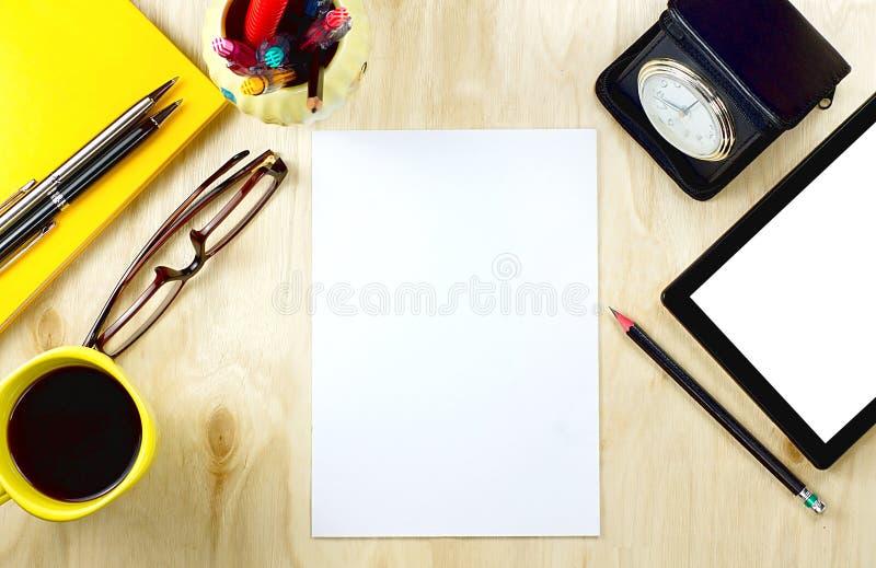 PC do papel vazio e da tabuleta com a tela branca vazia e o copo de foto de stock royalty free