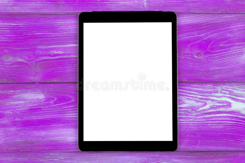PC do tablet pc com zombaria da tela vazia acima no fundo de madeira cor-de-rosa da tabela Tabuleta na tabela de madeira tela do  imagens de stock