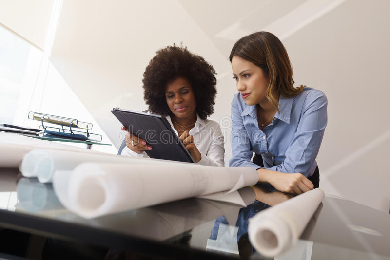 PC e modelos de Designers With Tablet do arquiteto das mulheres foto de stock royalty free