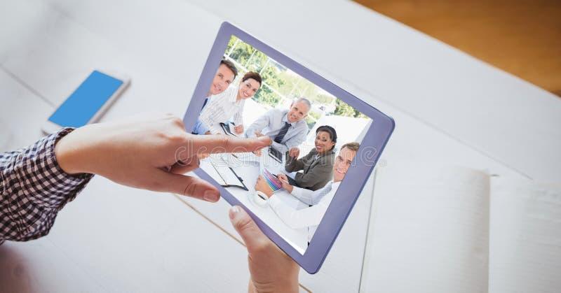PC för rörande minnestavla för hand medan videoconferencing royaltyfria bilder