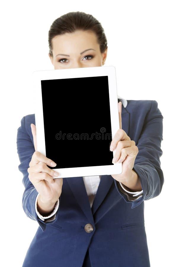 PC för tablet för affärskvinnavisning royaltyfria bilder