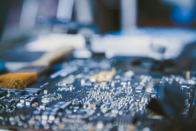PC f?r elektronisk kontrollbord, reparationsb?rbar dator, dator och moderkort Installerar utrustningCPUen med borsten arkivfoto