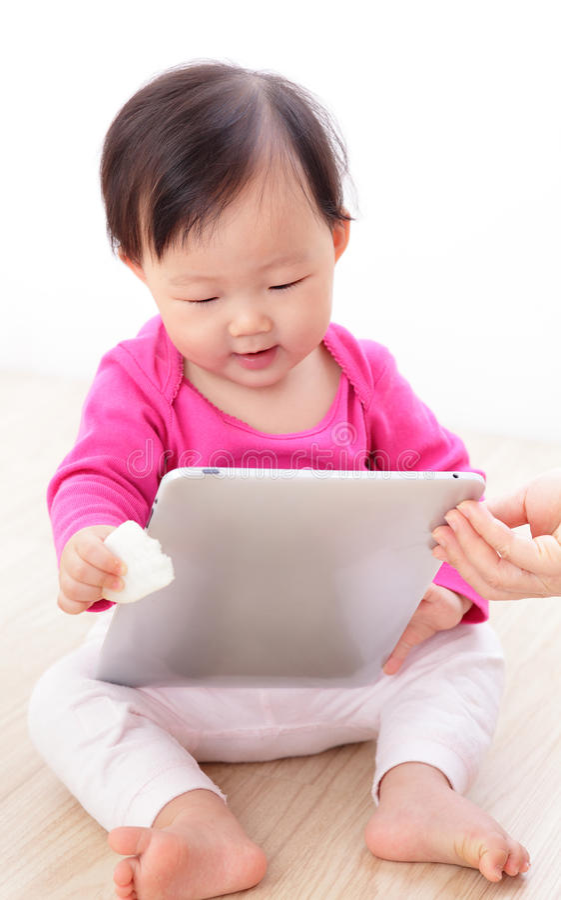 PC feliz da tabuleta do jogo do bebê da menina imagens de stock