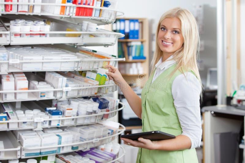PC femelle de tablette de fixation de pharmacien photographie stock