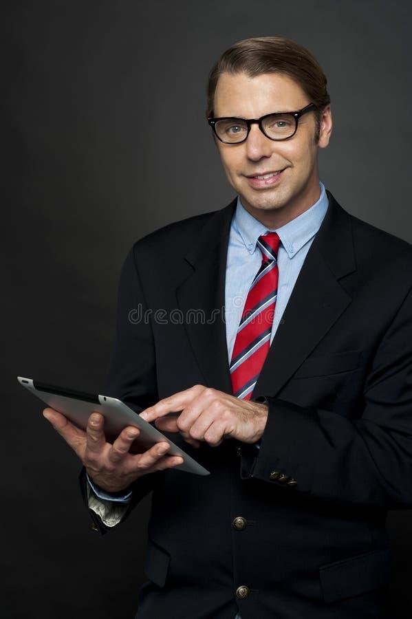 PC masculina corporativa de la tablilla del funcionamiento fotos de archivo