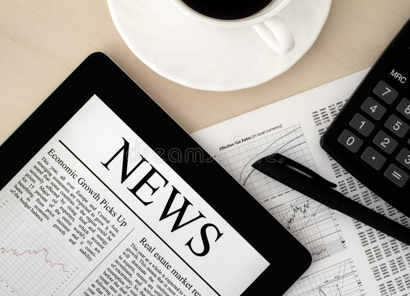 PC van de tablet met Nieuws op Bureau stock foto's