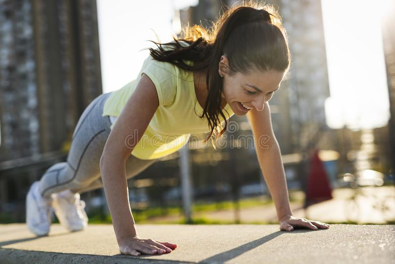 Pcha podnosi lub prasa podnosi ćwiczenie młodą kobietą fotografia royalty free
