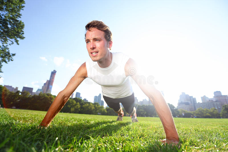 Pcha up mężczyzna robi pushups w central park Nowy Jork zdjęcia stock