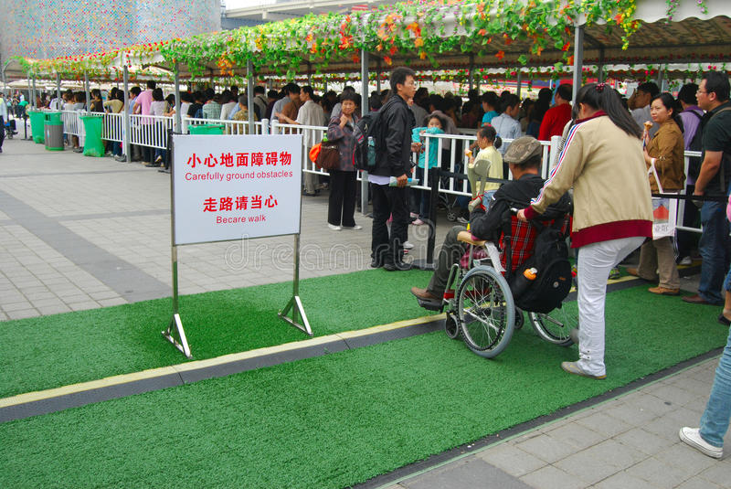 Pcha wózek inwalidzkiego obraz stock