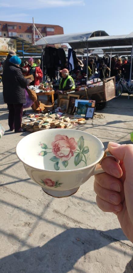Pchli targ w, chabbychic teacup dla herbaty i fotografia stock