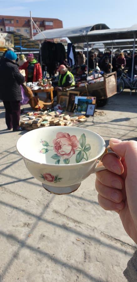 Pchli targ w, chabbychic teacup dla herbaty i zdjęcia royalty free