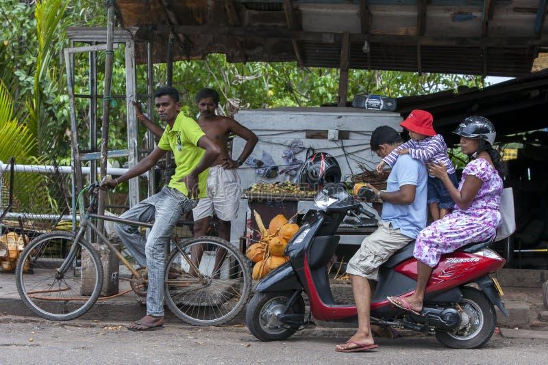 Pchnięcie rowery i silników rowery są najwięcej pospolitych form widzieć w Sri Lanka transport obrazy royalty free