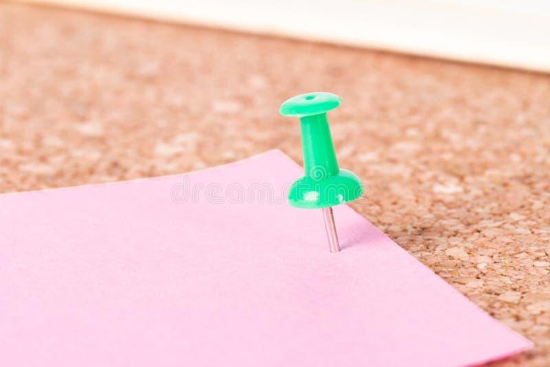 Pchnięcie szpilka i Kleista notatka na korek desce zdjęcie royalty free
