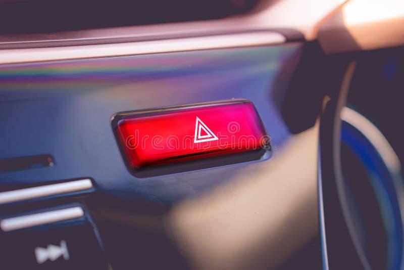 Pchnięty czerwony ostrzeżenie guzik z trójboka piktogramem i migacza li fotografia stock